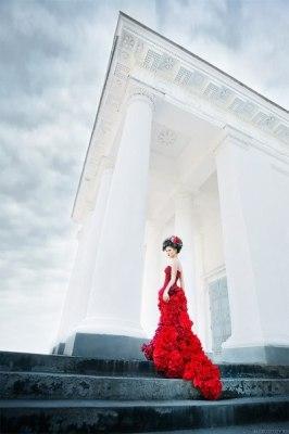 Красное платье с розами