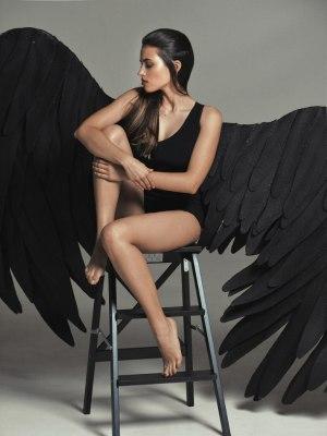 Черный огромные крылья ангела
