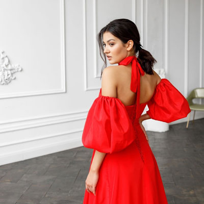Длинное яркое красное платье со шлефом