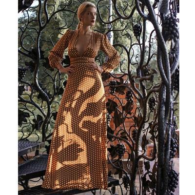 платье с глубоким декольте напрокат