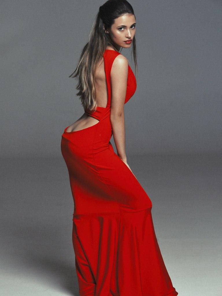 Фото в красном платье со спины