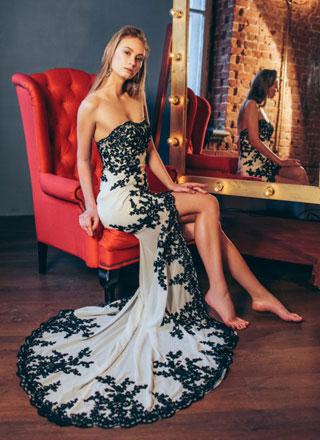 Черно белое платье со шлейфом