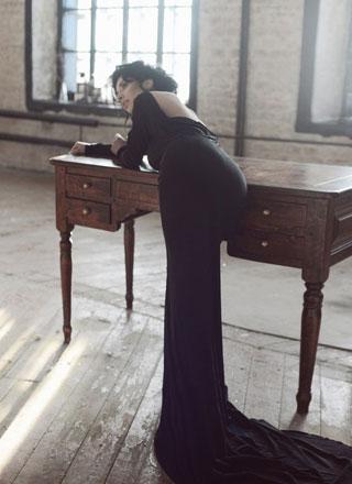 Шикарное черное вечернее платье со шлейфом и открытой спиной
