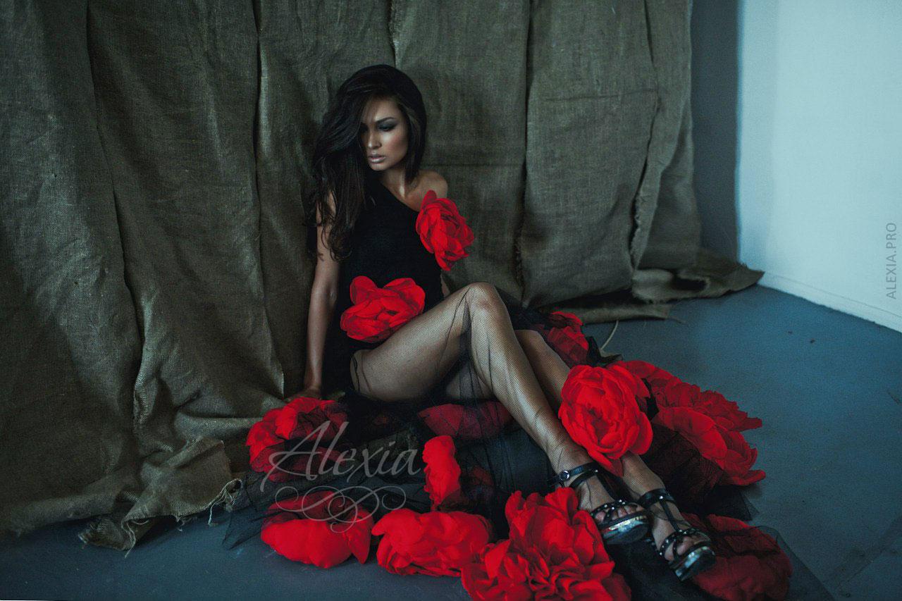 Черное платье с красными цветами длинное